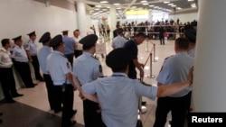 莫斯科謝列梅捷沃機場的轉機區外的安全人員。