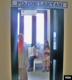Sebagai kota yang peduli perempuan, Surabaya menyediakan ruang khusus untuk menyusui di Gedung Balai Kota Surabaya.