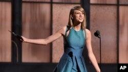 美國流行歌星泰勒.斯威夫特出席2015年格林美頒獎禮。
