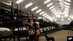 一名无家可归者带宠物狗入住加州圣迭戈市开放的第一个大型帐篷