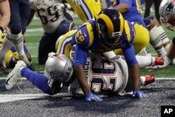지난 3일 뉴잉글랜드 패트리어츠의 소니 미첼 선수가 '슈퍼볼(Super Bowl)' 53번째 경기 후반전에서 터치다운을 하고 있다.