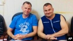 Astronot AS Nick Hague (kiri) dan kosmonot Rusia Alexei Ovchinin berpose di Baikonur, Kazakhstan, Kamis (11/10) pasca pendaratan darurat.
