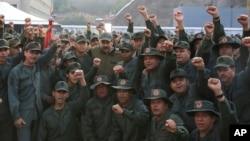 Presiden Venezuela Nicolas Maduro (tengah) berpose bersama pasukan Venezuela di pangkalan Fort Tiuna, Caracas, Kamis (2/5).
