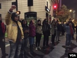 FILE - Protesters gather in Chicago after the release of a video showing police shooting Laquan McDonald. (C. Presutti/VOA)