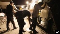 Policías del condado de Maricopa, en Arizona, catean a un sospechoso de ser inmigrante indocumentado.