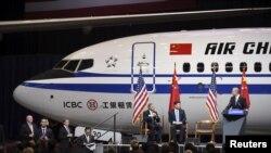 中国国家主席习近平参观华盛顿州的波音飞机组装厂。(2015年9月23日)