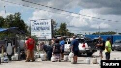 Les populations font la queue pour s'approvisionner, avant l'arrivée de l'ouragan Florence à Myrtle Beach, en Caroline du Sud, le 10 septembre 2018.