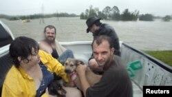 Stanovnici parohije Plaquemines se spasavaju čamcem, Braithwaite, Louisiana August 29, 2012.