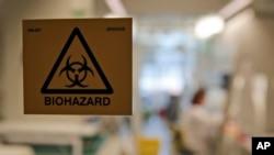 Para ilmuwan bekerja di laboratorium di Institut Pasteur sedang mengembangkan pengujian cepat virus korona, Paris, 6 February 2020.