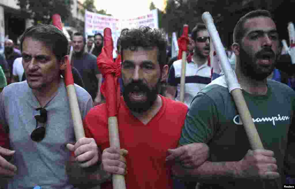 اصلاحاتی مطالباتکی پارلیمان سے منظوری سے قبل ہی بڑی تعداد میں لوگ سڑکوں پر جمع ہونا شروع ہوگئے۔
