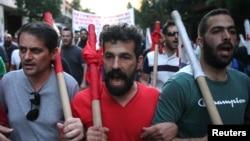 Demonstran anti-Euro berpawai melewati jalanan dalam reli anti penghematan di Athena, Yunani, 15 Juli 2015.