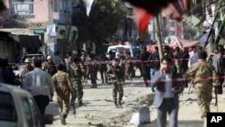 安全部队正在阿富汗喀布尔的一所什叶派清真寺外检查爆炸现场。(2017年9月29日)