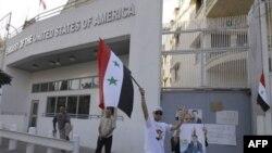 Prezident Assadga xayrixoh odamlar dushanba kuni Amerika va Fransiya elchixonalariga bostirib kirib, derazalarni sindirgan, imorat uzra Suriya bayrog'ini ko'targan edi. Mahalliy politsiya miq etmay, chetda qarab turaverdi, deydi guvohlar.