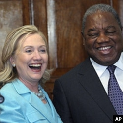 Secretária de Estado americana, Hillary Rodham Clinton, com o Presidente da Zâmbia, Rupiah Banda, em Lusaca, no passado dia 10 de Junho