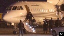 La escena del video al que se refería Trump era esta, de un avión Dassault Falcon en Ginebra, Suiza, que trajo de regreso a los prisioneros estadounidenses de Irán