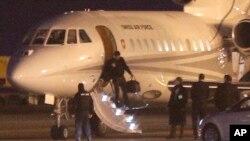 지난 1월 이란에서 풀려난 미국인 억류자들이 미국 정부 항공기로 갈아타기 위해 스위스 공군기 편으로 제네바 공항에 도착하는 모습. (자료사진)