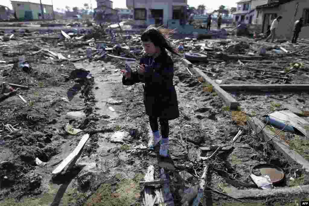 Семилетняя Вакана Кумагаи на месте, где до цунами стоял ее дом. Хигашимацушима, префектура Фукусима