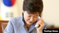 박근혜 한국 대통령이 2일 청와대에서 반기문 유엔 사무총장과 통화하고 있다.