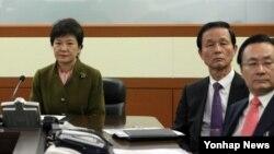 박근혜 한국 대통령(왼쪽)이 8일 청와대 국가위기관리상황실을 방문해 상황 보고를 받고 있다.