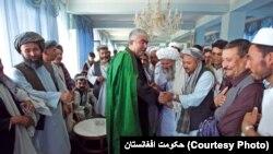 در گذشته نیز آًقای دوستم متحدین سیاسی خود لت و کوب کرده بود. لت و کوب اکبر بای، یکی از بزرگان ترک تبار، مثال برازنده آن است.