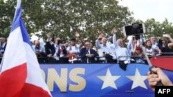 Les Bleus sont passés sur les Champs-Elysées pour saluer la foule immense à Paris, le 16 juillet 2018.
