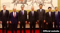 美国贸易代表团成员和中国官员在北京合影,左起:美国贸易代表罗伯特·莱特希泽,美国商务部长威尔伯·罗斯,美国财政部长史蒂文·姆努钦,中国副总理刘鹤,中国财政部长刘昆,中国商务部长钟山,中国人民银行行长易纲。(2018年5月3日或4日,美国驻华大使馆网站图片,照片说明由美国之音撰写)