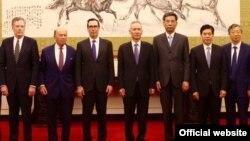 美国贸易代表团成员和中国官员在北京合影,左起:美国贸易代表罗伯特·莱特希泽,美国商务部长威尔伯·罗斯,美国财政部长史蒂文·姆努钦,中国副总理刘鹤。右起第一人为中国人民银行行长易纲。(2018年5月3日或4日,美国驻华大使馆网站图片))