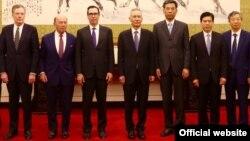 美国贸易代表团成员和中国官员在北京合影,左起:美国贸易代表罗伯特·莱特希泽,美国商务部长威尔伯·罗斯,美国财政部长史蒂文·努钦,中国副总理刘鹤。右起第一人为中国人民银行行长易纲。(2018年5月3日或4日,美国驻华大使馆网站图片))