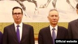 스티브 므누신 미국 재무장관과 류허 중국 부총리. 지난 3월 므누신 장관의 중국 방문 당시 촬영한 사진이다.