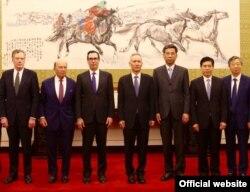 지난 5월 무역협상을 위해 중국을 방문한 스티븐 므누신 미 재무장관(왼쪽에서 세 번째) 등 미국대표단이 류허 중국 부총리(왼쪽에서 네 번째)와 중국 관리들을 만나 회의를 했다.