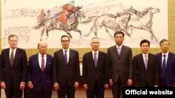 美国贸易代表团成员和中国官员在北京合影(2018年5月,美国驻华大使馆网站图片)