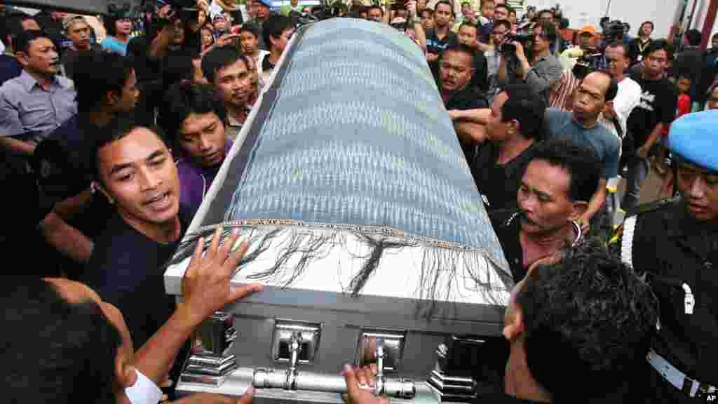 Le cercueil dePartahi Lumbantoruan arrivée à Jakarta, en Indonésie, 22 Avril 2007. Cet étudiant a ete tué à Virginia Tech lors d'une fusillade le 16 Avril 2007. Bilan : 31 morts.