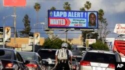 Sebuah papan digital raksasa di santa Monica Boulevard, pusat kota Los Angeles, menayangkan pencarian buron mantan polisi Los Angeles Christopher Dorner (Foto: dok).