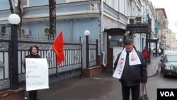 谢多连科娃(左)与文科夫在莫斯科的哈萨克大使馆门外(美国之音白桦拍摄)