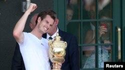 Trophy Wimbledon hari Minggu (7/7) adalah gelar grand slam kedua petenis Inggris Andy Murray setelah menjuarai AS Terbuka tahun lalu.