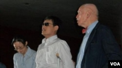 陈光诚一年前抵达纽约大学后在孔杰荣教授(右)陪同下首次与媒体见面并致辞(美国之音叶兵拍摄)
