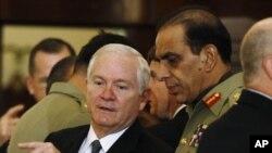 پاکستانی آرمی چیف، دائیں، امریکی وزیر دفاع رابرٹ گیٹس کے ساتھ ایک فائل فوٹو میں