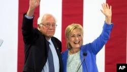 Senator Bernie Sanders (kiri) dan Hillary Clinton (foto: dok). Tim kampanye Sanders menuduh organisasi Partai Demokrat memperlakukannya tidak adil dan mengatur pemilihan proses pemilihan kandidat.