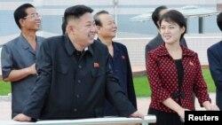Lãnh tụ Triều Tiên Kim Jong Un và 'Ðồng chí Ri Sol Chu' đến tham quan một công viên giải trí mới được xây dựng ở Bình Nhưỡng, ngày 25/7/2012