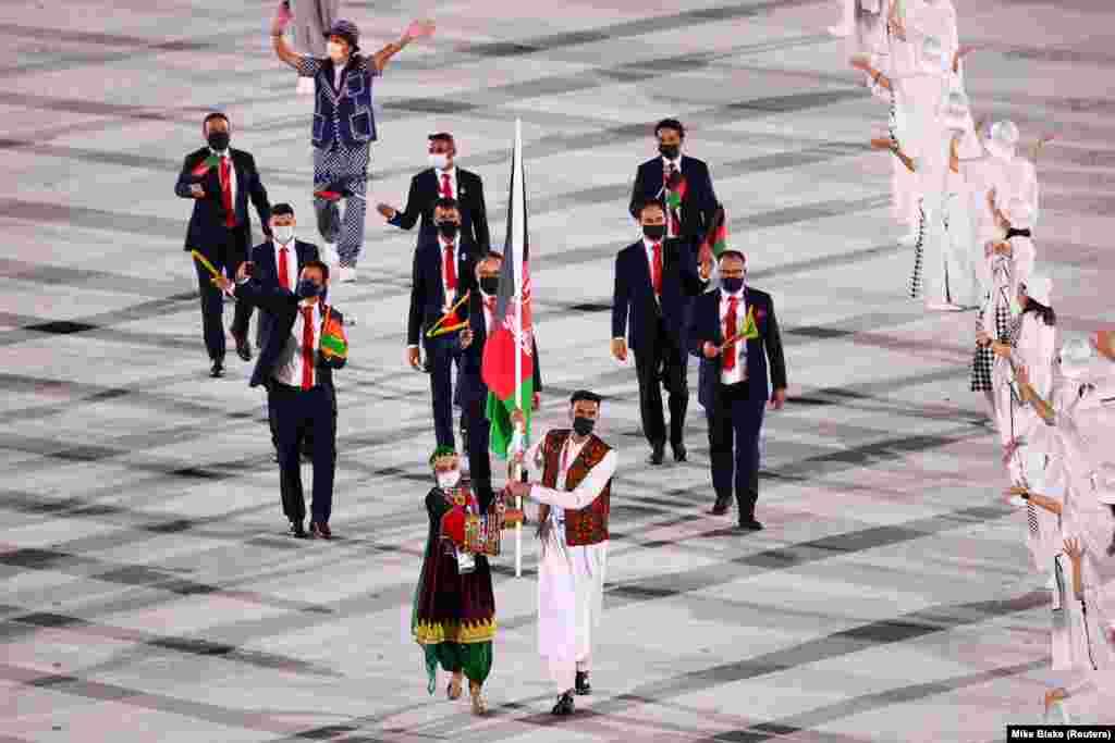 فرزاد منصوری و کیمیا یوسفی دو ورزشکار افغان در مراسم آغازین مسابقات المپیک توکیو ۲۰۲۰ پرچم افغانستان را حمل کردند.