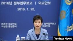 박근혜 한국 대통령이 22일 청와대에서 열린 외교안보분야 업무보고에서 모두발언을 하고 있다.