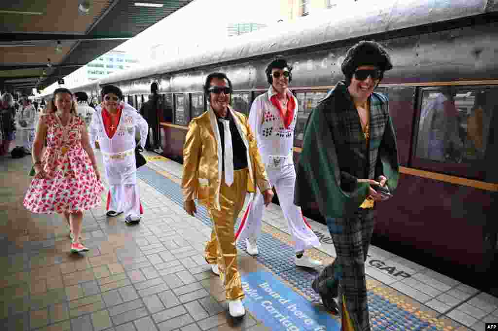 호주 뉴사우스웨일스의 파크스에서 열리는 '앨비스 축제' 로 향하는 기차에 탑승하기 위해 앨비스 팬들이 시드니의 센트럴 역에 도착하고 있다.