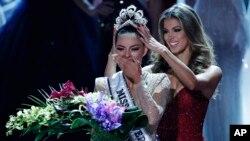 La ex Miss Universo Iris Mittenaere (derecha) coloca la corona a la nueva Miss Universo Demi-Leigh Nel-Peters en la ceremonia realizada en Las Vegas, Nevada, EE.UU., el domingo, 26 de noviembre de 2017.