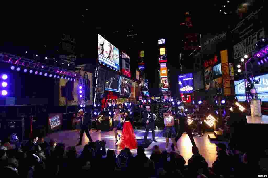Penyanyi Carly Rae Jepsen tampil dalam perayaan malam tahun baru di alun-alun Times Square, New York. (Reuters/Joshua Lott)
