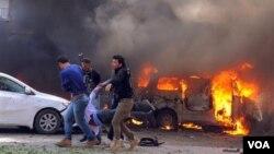 cho thấy Syria mang theo một người đàn ông Người bị thương được khiêng ra khỏi hiện trường sau vụ đánh bom gần trụ sở của đảng Ba'ath cầm quyền Syria ở trung tâm Damascus, ngày 21/2/2013.