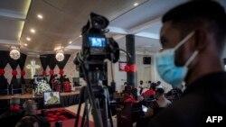 Un caméraman filme un enterrement à Accra le 22 avril 2021.