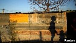 南非约翰内斯堡西北郊外一处简陋有破旧的民居(2013年8月15日 资料照片)