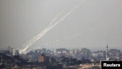 Palestina menembakkan roket dari jalur Gaza ke Israel (Foto: dok). Serangan ini memicu serangan udara balasan dari Israel yang menewaskan sedikitnya enam orang, Sabtu (10/11).