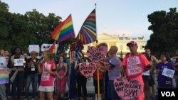 Prosvjednici ispred Bijele kuće s plakatima uperenim protiv oružanog nasilja i homofobije. Washington, DC, 12.6.2016. (K. Gypson)