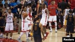 Bismack Biyombo de Toronto Raptors célébrant la victoire de son équipe à la fin d'un match de NBA Source: Reuters